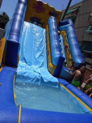 Castillo hinchable de agua con piscina para fiestas infantiles