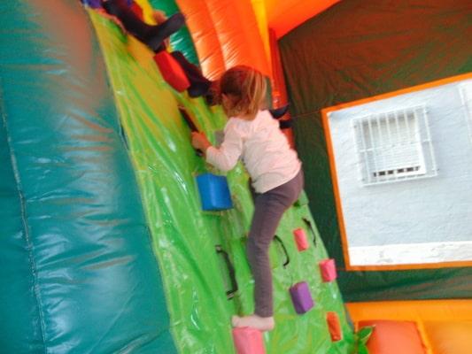 colchoneta rocodromo hinchable para fiestas infantiles